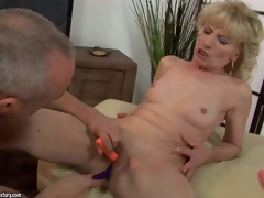 Naked aged blonde Margarette spreads her legs wide and acquires her pussy stimulated with the assist of several vibrators. She acquires squirting big O after unthinkable pussy stimulation