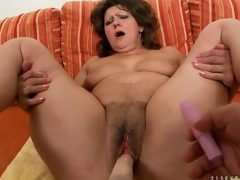 Dildo machine bonks deep into hairy pussy